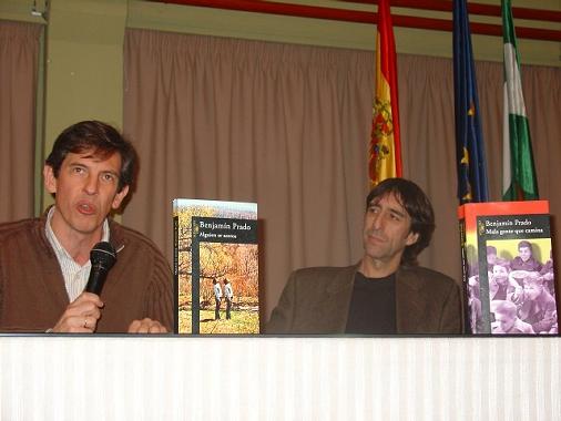 El profesor Emilio Luque presenta al novelista Benjamín Prado durante el acto en el IES Blas Infante de Córdoba (Foto: Ana Cabello)